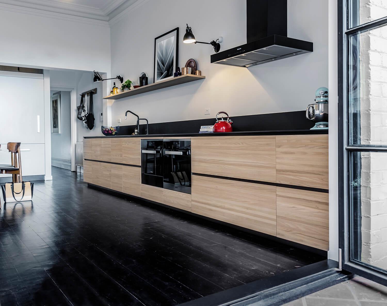 houten keukens met zwarte accenten