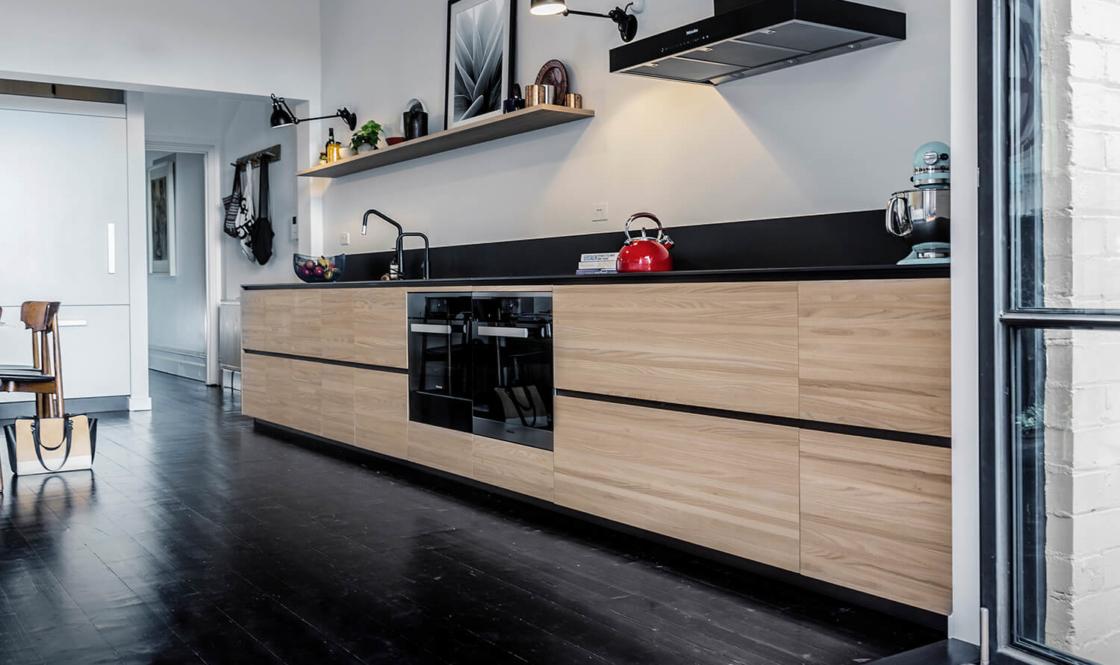 houten-keukens-met-zwarte-accenten-1120x665_c